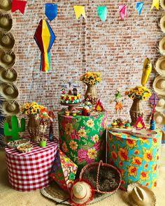 Decoração de festa junina: 90 ideias coloridas e criativas Carnival Themed Party, Party Themes, Fall Crafts For Kids, Diy And Crafts, Pastel Crayons, Serpentina, Ramadan Gifts, Wedding Dress Necklines, Ramadan Decorations