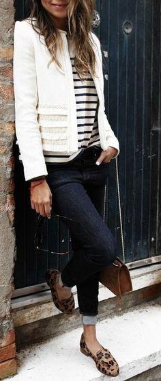 Look básico e gogo com mix de estampas: jeans, casaqueto de tweed, sapatilha de oncinha e t-shirt listrada