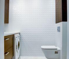Aranżacja łazienki z użyciem białych płytek i drewnianych elementów. Łazienka z miejscem na pralkę w zabudowie. Washing Machine, Laundry, Home Appliances, Laundry Room, House Appliances, Appliances, Laundry Rooms