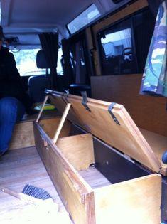 Sitzbank die aufklappbar in ein Bett umfunktioniert werden kann.