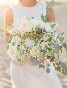 Natürlicher Brautstrauß in Creme und Grün mit Protea, Eukalyptus und Silberblatt – ivory and green protea desert bouquet
