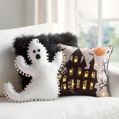 It's time to start decorating for Halloween so you're going to need plenty of ideas for DIY Halloween decorations. Dulceros Halloween, Adornos Halloween, Pretty Halloween, Halloween Pillows, Holidays Halloween, Halloween Quotes, Cute Halloween Decorations, Diy Halloween Home Decor, Halloween Decorations Apartment