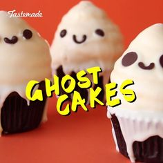 The perfect cupcake for your Halloween party this season! They're super easy, so you have time to plan all your other fun festivities! Halloween food doesn't have to be gory. These cute Ghostcakes will be a sucess in your party for sure. Halloween Desserts, Hallowen Food, Postres Halloween, Fete Halloween, Halloween Food For Party, Halloween Treats, Halloween Cupcakes Easy, Halloween Breakfast, Halloween Recipe