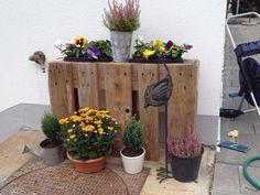 Une demi-palette comme base de déco pour un arrangement automnal... Palette, Deco, Comme, Planter Pots, Creations, Pallets, Decor, Deko, Decorating