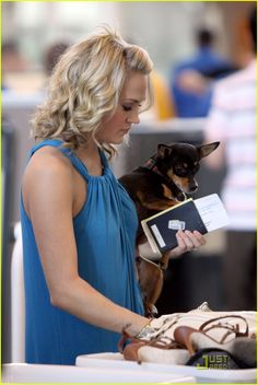 Carrie Underwood: Ace in the Hole!: Photo Carrie Underwood and her pet dog, Ace, head to LAX Airport in Los Angeles on Saturday (May The American Idol winner has had picture perfect success… Carrie Underwood New Album, Carrie Underwood Pictures, Country Music Artists, Country Singers, Beautiful Wife, Gorgeous Hair, In The Hole, Chris Young, American Idol