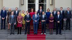 Rząd Holandii podał się do dymisji. Jak przekazał premier Mark Rutte, powodem jest raport dotyczący nieprawidłowości w pobieraniu zasiłków socjalnych na dzieci. Z ujawnionego dokumentu wynika, że holenderski urząd skarbowy niesłusznie oskarżył o wyłudzenia tysiące rodzin, które pobierały zasiłki socjalne na dzieci. Wiele z nich doprowadziło to na skraj bankructwa. Wrongfully Accused, Dutch Government, What Happened To Us, Labour Party, New Start, Scandal, Poses, Children