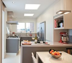 Cozinha com armário branco, preenchendo toda a parede, e armários baixos em mdf Lino Piombo