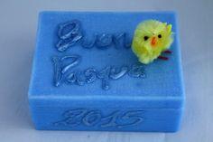 """https://flic.kr/p/yGkVTg   CAJA RECTANGULAR DE PASCUA – HECHA DE CERA   Caja rectangular azul, hecha de cera, con decoraciones de Pascua: un pollito amarillo y un texto escrito en italiano """" Buona Pasqua 2015 """". Con aceite esencial 100% natural de lavanda. Tamaño: 110 x 85 mm.  Artesanal.  También en:  www.ilmiomondoincera.com"""