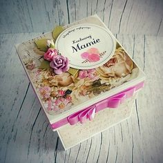 Ręcznie robiony prezent dla Mamy - exploding box w róże. Pudełko w kolorze kremowym z różowymi i liliowymi dodatkami. ----- Exploding box for Mum on Mother's Day