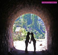 Existe luz no fim do túnel...e muito amor! Amor LGBT no tunel Tinoco, no caminho do passeio para Cajón del Maipo - Embase el Yeso. O passeio é super legal, dura meio dia e sai de Santiago. O Chile é um país bom para LGBTs viajarem, como um casal de lésbicas, nos sentimos bem. Vai ter beijo lésbico sim! <3