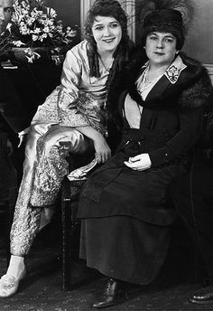 """marypickfords: """" Mary Pickford and her mother on the set of The Hoodlum, """" Old Hollywood Movies, Golden Age Of Hollywood, Vintage Hollywood, Hollywood Actresses, Classic Hollywood, Actors & Actresses, Silent Film Stars, Movie Stars, Santa Monica"""