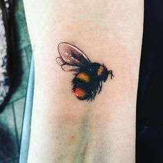 Bumble Bee Tattoo - All Fashion Ideas Here! Tattoos Masculinas, 1 Tattoo, Piercing Tattoo, Body Art Tattoos, Sleeve Tattoos, Tatoos, Bumble Bee Tattoo, Wrist Tattoo Cover Up, Cover Up Tattoos