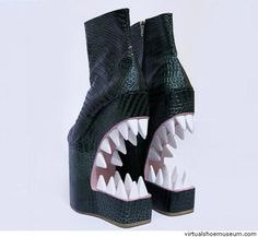 Extreme boots - mouth with large teeth Creative Shoes, Unique Shoes, Funny Shoes, Weird Shoes, Crazy Heels, Beautiful Shoes, Designer Shoes, Me Too Shoes, Fashion Shoes
