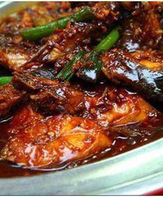 Banyak cara mengolah ikan tongkol jadi menu masakan lezat. Anda bisa menumisnya dan memasak dengan kuah kecap dan saus tiram, seperti resep berikut ini.