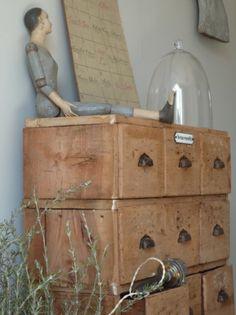 love the old drawers Vintage Interior Design, Vintage Home Decor, Old Drawers, Vintage Drawers, Vintage Cabinet, Vintage Storage, Little Boxes, Cubbies, Home Decor