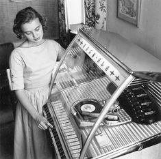 Put a record on the jukebox, I loved the jukeboxes, still do. So cool to check out the song choices and to pick out the songs that you want to listen to. I still have my vinyl, wish I had a jukebox in my home. Rock Roll, Jukebox, Old Photos, Vintage Photos, Antique Photos, Ask The Dust, Life In The 1950s, Pin Up, Deco Retro