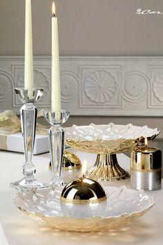 Centrotavola e alzata in vetro decorato, candele oro e argento e candelieri di cristallo