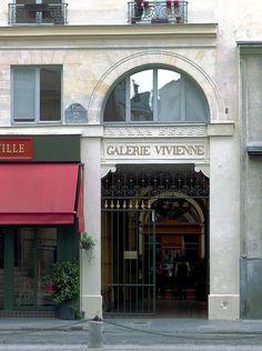 Les trois entrées de la galerie Vivienne : (à gauche, l'entrée rue Vivienne, au centre celle de la rue des Petits-Champs) à droite l'entrée rue de la Banque.