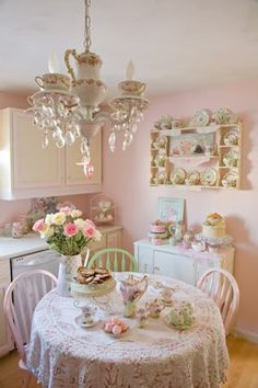 This is one of the most beautiful shabby chic miniatures I've ever seen. This is one of the most beautiful shabby chic miniatures I've ever seen. Cottage Shabby Chic, Shabby Chic Mode, Shabby Chic Vintage, Estilo Shabby Chic, Shabby Chic Kitchen, Shabby Chic Style, Romantic Kitchen, Vintage Tea Rooms, Shabby Chic Chairs