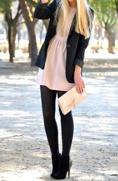 Vestido, medias, blazer y botines con tacón.