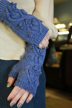 Huckleberry Mitts pattern by The Sexy Knitter.. Love these kind of gloves/mittens:)