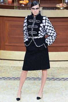 Chanel - Fall 2015 Ready-to-Wear - Look 1 of 98