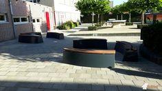 Betonbank DeLuxe Antraciet Ovaal bij Driestar College, locatie Rehoboth in Lekkerkerk