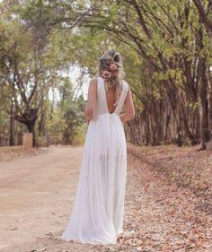 Vestido branco longo para pré wedding ou mini wedding girls in Wedding Girl, Wedding Day, Lakeside Wedding, Bridal Gowns, Wedding Dresses, Romantic Pictures, Little Fashion, Marriage, Bridesmaid