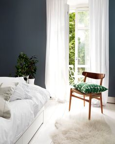 Mid-Century Bedroom Decor Tips & Tricks to Make This Bedroom Decor Last You Seasons and Seasons. Decorating a bedroom decor might be one of the biggest hardship Bedroom Decor, Bedroom Colors, Summer Home Decor, Bedroom Interior, Home, Bedroom Inspirations, Home Bedroom, Home Decor, Mid Century Bedroom Decor