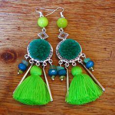 Bo pierre jade anis, aventurine verte et péridot, pendentifs ethniques couleur argent, pompons verts émeraude et pomme