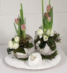 Flower arranging Spring & Easter 2016 – Two half eggs o …- Bloemschikken Vo… Easter Flower Arrangements, Easter Flowers, Floral Arrangements, Easter Table Decorations, Flower Decorations, Oster Dekor, Cardboard Christmas Tree, Deco Floral, Easter Crafts