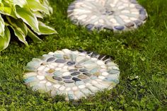 Transform ready-made concrete pavers into mosaic stepping stones using pebbles. Your guests will enjoy wandering up the garden path. Mosaic Stepping Stones, Pebble Mosaic, Mosaic Diy, Mosaic Garden, Paving Stones, Garden Pavers, Backyard Garden Design, Garden Stones, Garden Path