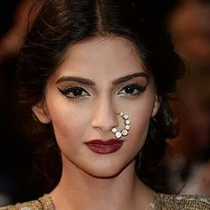 Look to these gorgeous bollywood makeup ideas for your next night out. From the classic cat eye to the sultry smoky eye, these bollywood beauty looks provide endless inspiration. Sonam Kapoor, Bollywood Makeup, Bollywood Actress, Bollywood Party, Bollywood Style, Indian Hairstyles, Trendy Hairstyles, Bride Makeup, Hair Makeup
