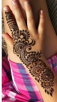 top indian Mehndi design for thTraditional Mehndi Designs for Hands and Arms 2019 - Sensod - Create.Fascinating new year mehndi designs for hands and arms are just perfect for enhancing your beautiful appearance and personality. Henna Hand Designs, Mehndi Designs Finger, Mehndi Designs For Kids, Simple Arabic Mehndi Designs, Mehndi Designs For Beginners, Modern Mehndi Designs, Mehndi Designs For Fingers, Mehndi Design Pictures, Beautiful Henna Designs