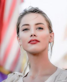 I don't like Amber Heard, but this picture of her is so pretty. Amber Heard Feet, Amber Heard Style, Amber Heard Photos, Beautiful Gorgeous, Most Beautiful Women, Amber Heard Makeup, Amber Head, Beauté Blonde, Provocateur