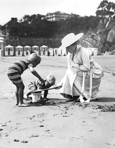 spanishroyals: Queen Victoria Eugenia plays with her two youngest children on the beach, the Infante Juan (left, father of King Juan Carlos) and the Infante Gonzalo. Princess Victoria, Queen Victoria, Friends And Company, Spain History, Royal Photography, Spanish Royalty, Estilo Real, Spanish Royal Family, Royal Queen