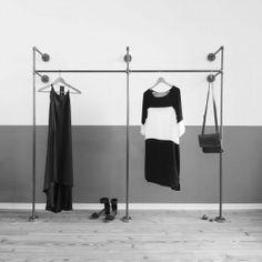 Liebevoll, in Hamburg handgefertigter doppelter Kleiderständer bzw. Gerüst für offenen Kleiderschrank aus Stahlrohr. Zum Aufhängen deiner Kleidungsstücke und Accessoires an Bügeln oder Haken. Unterhalb der Kleidung bietet sich Platz z.B. für flache Kommoden, Obstkisten oder Schuhe. Das Gerüst kann um ein aufliegendes Regalbrett ergänzt werden. Der Ständer besteht aus 2,1 cm dickem, geschweißtem Stahlrohr. So entsteht eine sehr dezente, zurückhaltende Optik, die sich in jeden Raum einfügt…