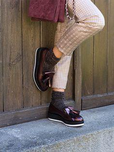 weinrote Metallic-Loafer mit Glitzersocken – perfekt für den Herbst #Damenmode #Damenschuhe #Loafer #Weinrot