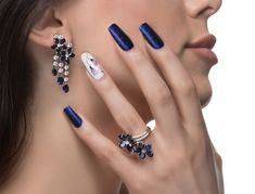 Woman with nail art promoting design luxury earrings and ring. Hand Kunst, Moda Blog, Beauty Junkie, Photoshop, Blue Nails, Nails On Fleek, Beauty Make Up, Ring Earrings, Beautiful Earrings