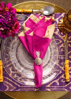 Mesa charmosa e florida explorando tonalidades de rosa e roxo. As flores dão o toque final de elegância. Nós amamos o detalhe do porta guardanapo de abacaxi !