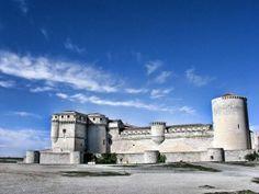 Este Castillo (siglo XIII), tambien llamado Castillo de los Duques de Alburquerque, está situado en la villa de Cuella, provincia de Segovia. Entre sus huespedes más importantes estuvo el rey Juan I y su esposa Leonor, que murió tras sus murallas, ...