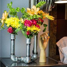 Aprenda a fazer um arranjo de flores com canos velhos