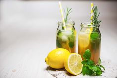 Leckeres Rezept für einfache Kräuterlimonade aus nur wenigen Zutaten mit naturtrübem Apfelsaft. Kann leicht interpretiert werden mit Stevia statt Zucker.