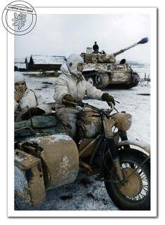 Motohlídka na BMW R75 náležící k sPz.Abt.501 nedaleko města Vitebsk. Východní fronta, únor 1944. Moto patrol on BMW R75 belonging to sPz.Abt.501 near the city of Vitebsk. Eastern Front, February 1944.