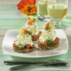 Meerrettich-Lachs-Taler Our popular recipe for horseradish salmon thalers and over more free recipes on LECKER. Party Finger Foods, Snacks Für Party, Appetizers For Party, Fingerfood Party, Food To Go, Food And Drink, Horseradish Recipes, Masterchef, Party Buffet