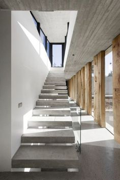 Concrete stairs Image 17 of 39 from gallery of Aguas Claras House / Ramon Coz + Benjamin Ortiz. Photograph by Sergio Pirrone Design Exterior, Interior And Exterior, Architecture Details, Interior Architecture, Minimalist Architecture, Futuristic Architecture, Concrete Interiors, Concrete Stairs, Glass Stairs