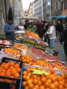 Sunday Market - Le marché du Dimanche en vieille ville.  Annecy, France.
