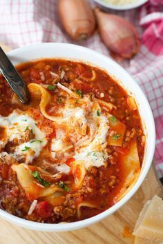 Soup - The lasagna soup is extra-cheesy, spicy and packed with typical lasagna ingredients. Plus quick and -Lasagna Soup - The lasagna soup is extra-cheesy, spicy and packed with typical lasagna ingredients. Plus quick and - Meat Recipes, Seafood Recipes, Chicken Recipes, Dinner Recipes, Healthy Recipes, Lasagna Recipes, Snacks Recipes, Lasagne Soup, Lasagna Ingredients