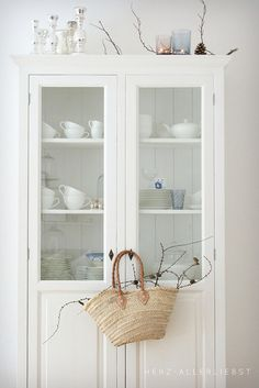 {via herz-allerliebst} cabinet for Garden room. White Cottage, Cottage Style, Home Interior, Interior Design, Kitchen Interior, Kitchen Design, White Houses, Home And Living, Coastal Living