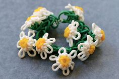 Rainbow Loom Monster Tail® Daisy Chain Bracelet - designed and loomed by Joyce Loom Bands Designs, Loom Band Patterns, Rainbow Loom Patterns, Rainbow Loom Creations, Rainbow Loom Bands, Rainbow Loom Charms, Loom Bracelet Patterns, Rainbow Loom Bracelets, Flower Patterns